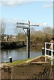 SO8453 : Navigation fingerpost at the entrance to Diglis Basin by Alan Murray-Rust