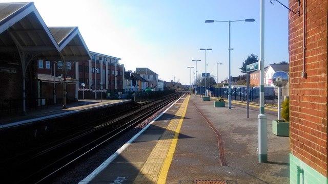 Platforms at Worthing station looking West
