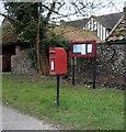 TL7066 : Elizabeth II postbox on Bury Road, Kentford by JThomas