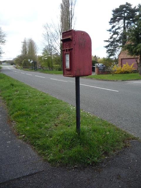 Elizabeth II postbox on Uttoxeter Road, Foston