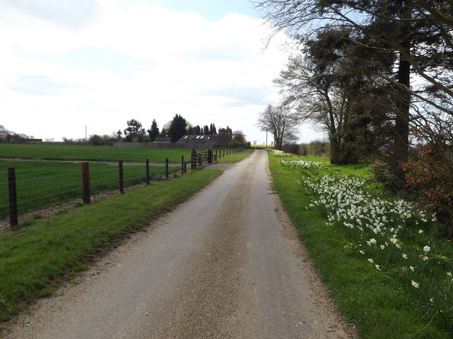 Footpath to The Green & entrance of Home Farm