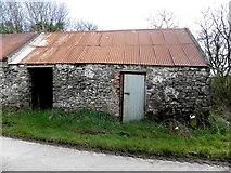 H5664 : Ruined farm building, Radergan by Kenneth  Allen