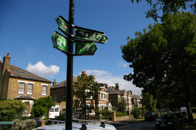 Signs to the Capital Ring and Green Chain, Aldersmead Road