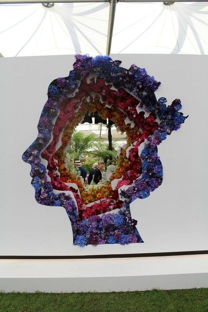 Queen's head display