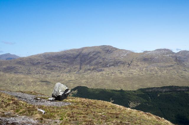 Perched boulder on rock slab of Meall nan Gobhar