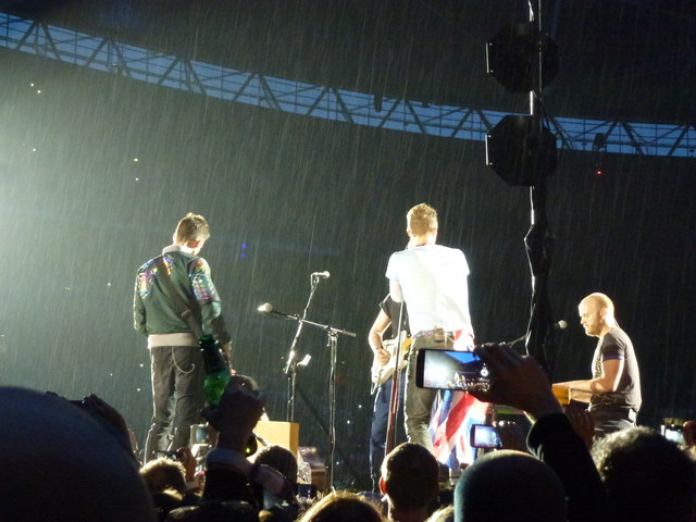 Coldplay singing in the rain - A Head Full of Dreams Tour - Wembley Stadium - 12