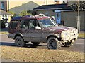 TQ3095 : Heavily mud-spattered Land Rover Discovery, Winchmore Hill by Paul Bryan