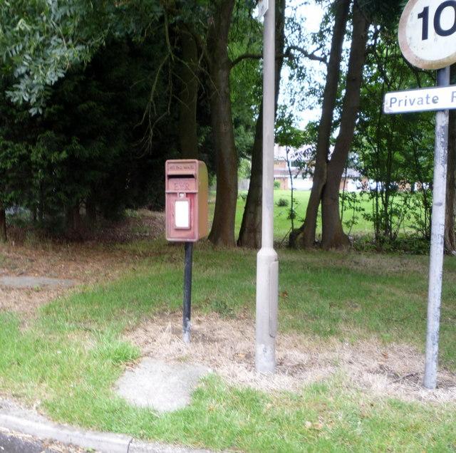 Elizabeth II postbox, Oaks Green