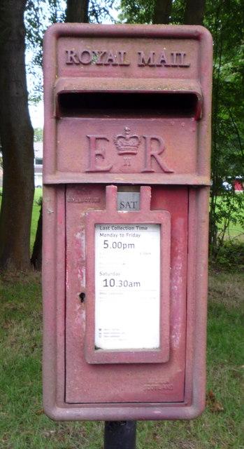 Close up, Elizabeth II postbox, Oaks Green