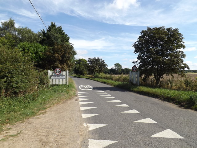 Entering Stowlangtoft on The Street