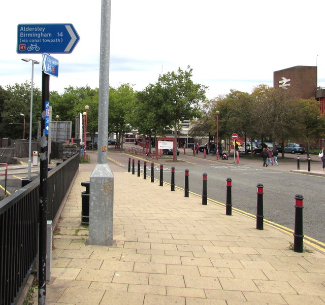 Cycle route 81 directions, Railway Drive, Wolverhampton