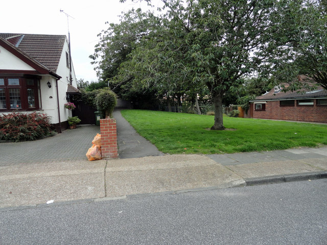 Entrance to footpath 171 in Woodhall Crescent
