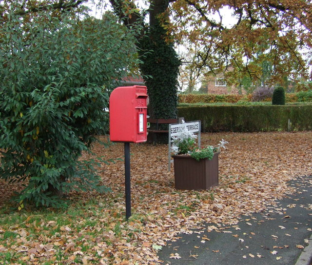 Elizabeth II postbox on Egerton Terrace, Lach Dennis