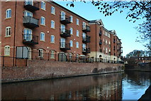 SO8554 : Modern apartments overlooking the Worcester and Birmingham Canal by David Martin