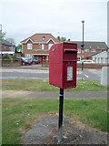 TL8364 : Elizabeth II postbox on Westley Road, Bury St Edmunds by JThomas