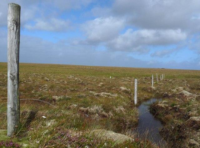 Fence posts above the Abhainn a' Ghlinne Ruaidh, Isle of Lewis
