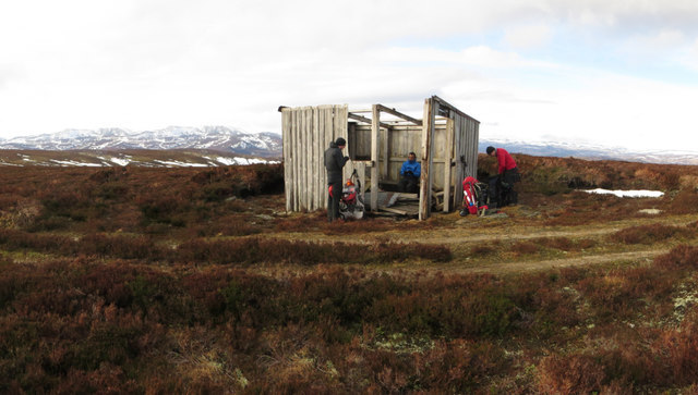 Derelict shelter on Cairn Hillock