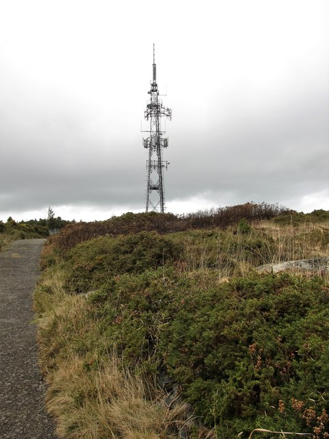 Transmitter mast on the summit of Drinnahilly