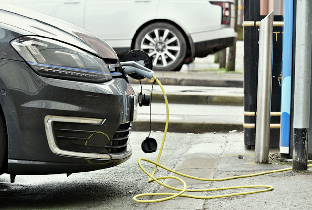 Electric car charging, Belfast (March 2017)