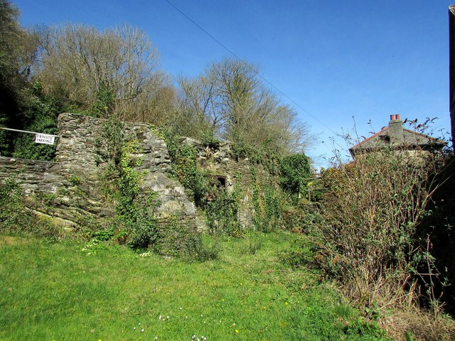 Ruined cottage by Penpoll Mill