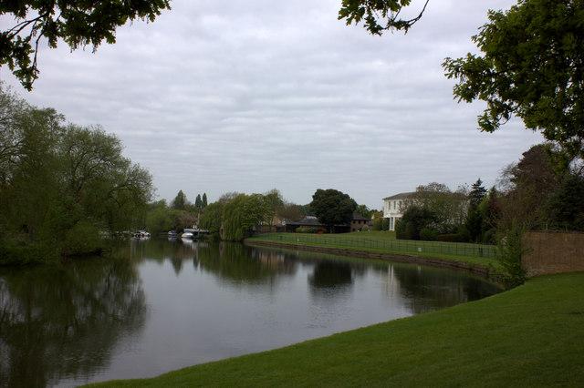 Thames path near Manor Park looking westward