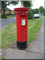 SP1082 : Elizabeth II postbox on Cateswell Road, Birmingham by JThomas