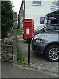 SD8789 : Elizabeth II postbox on Burtersett Road (A684), Hawes by JThomas