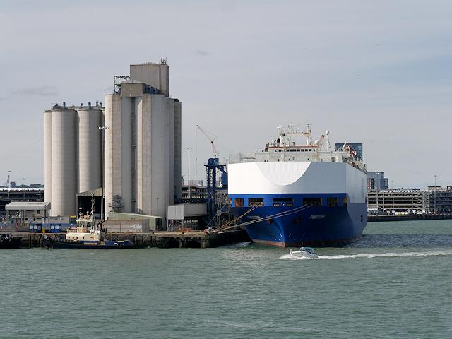 ba60eba2bfce8 Southampton Grain Terminal © David Dixon cc-by-sa 2.0    Geograph ...