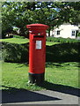 TL4052 : Elizabeth II postbox on Barton Road, Haslingfield  by JThomas