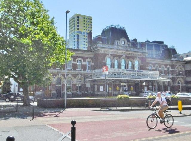 Portsmouth, station entrance