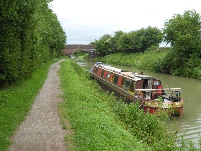 Footpath bridge over Kennet and Avon Canal, near Hill Farm