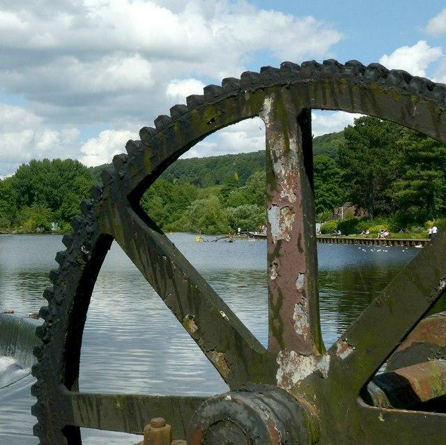 Sluice gear and lake