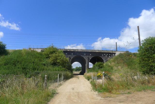East Coast Main Line: Bridge ECM1/215 over Lawn Lane