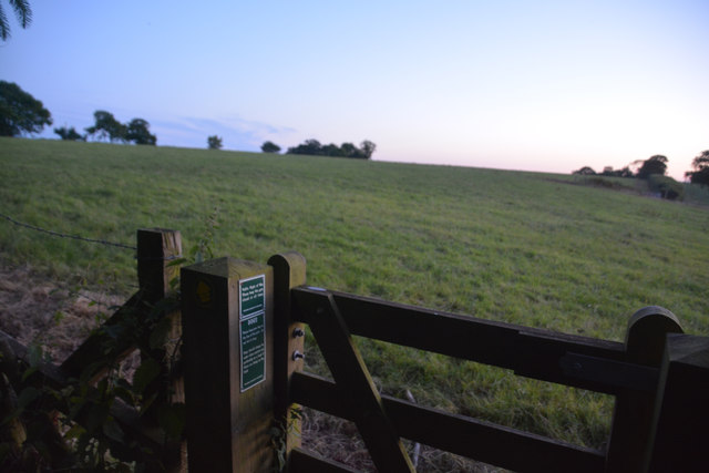 Mid Devon : Grassy Field & Footpath