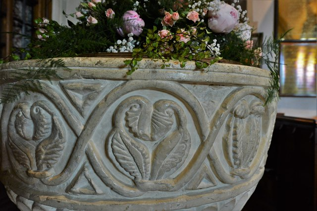 Chenies, St. Michael's Church: The c12th Aylesbury style Norman font 3