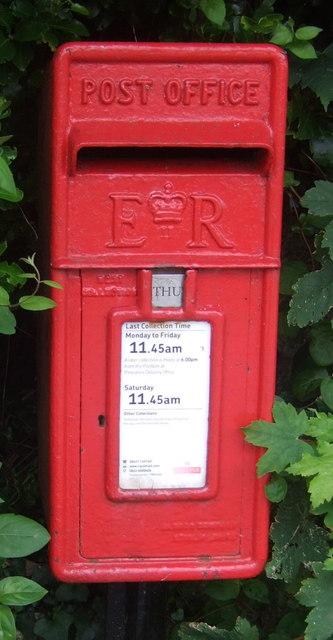 Close up, Elizabeth II postbox on the B3315, Sheffield, Cornwall