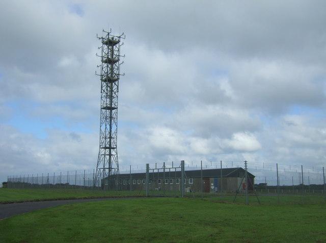 Communications mast near Merries Farm