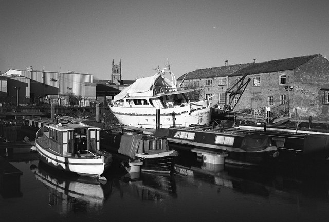 Narrowboats in a drained Diglis Basin