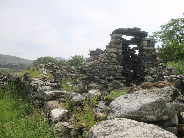 Ruined building near Bryn-eithin, Llanllechid