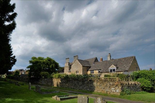 Ebrington, St. Eadburgha's Church: Fine house by the long pathway to the church