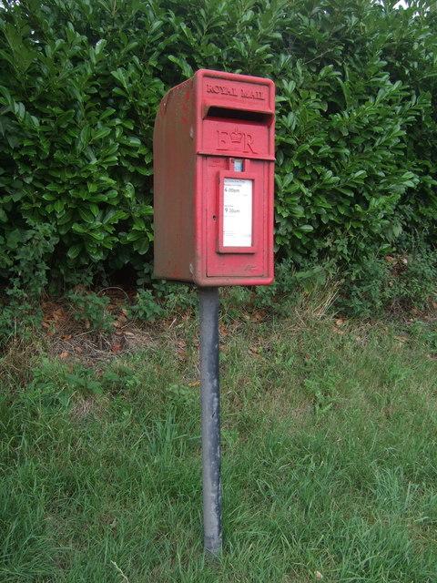 Elizabeth II postbox on Hanbury Road, Harbours Hill