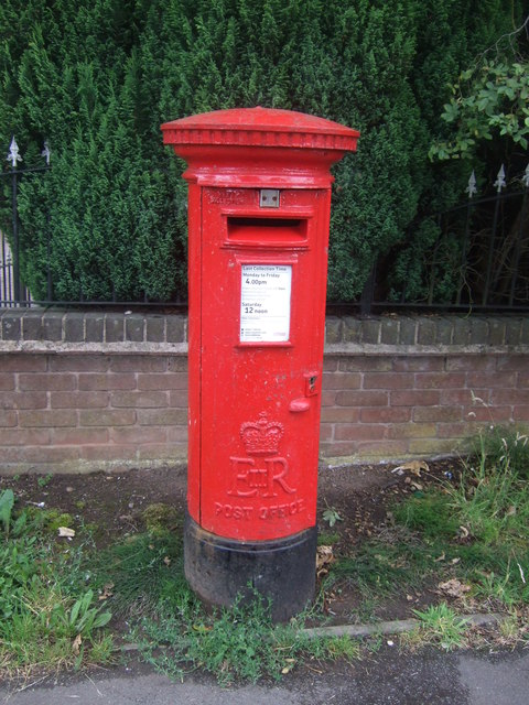 Elizabeth II postbox on Groveley Lane