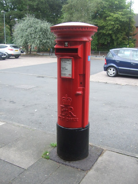 Elizabeth II postbox on Pershore Road