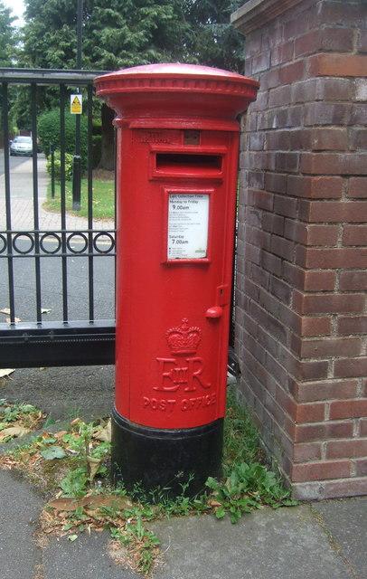 Elizabeth II postbox on Pershore Road