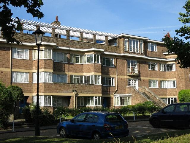 Flats in Hanger Green, W5