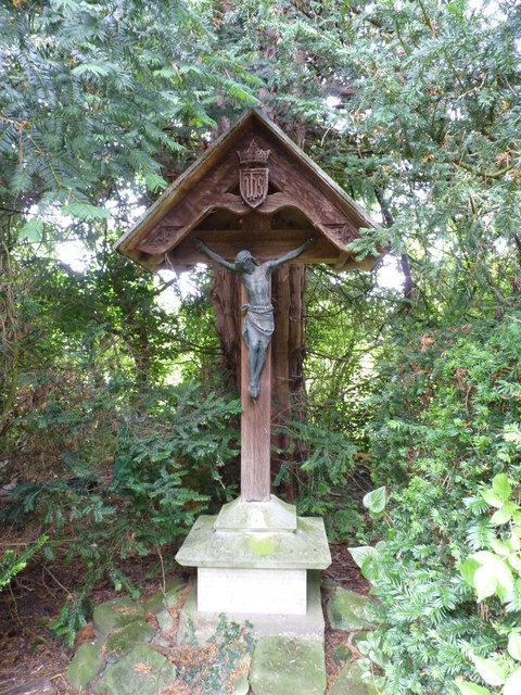 Crucifix in St James churchyard, Huddington
