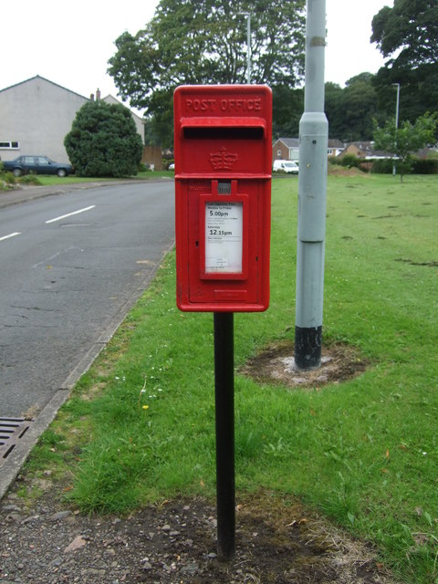 Elizabethan postbox on Newbattle Abbey Crescent