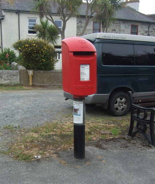 Elizabeth II postbox on Hayle Terrace