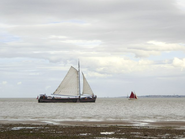 Dutch barge 'Twee Gezusters' heading into the Swale