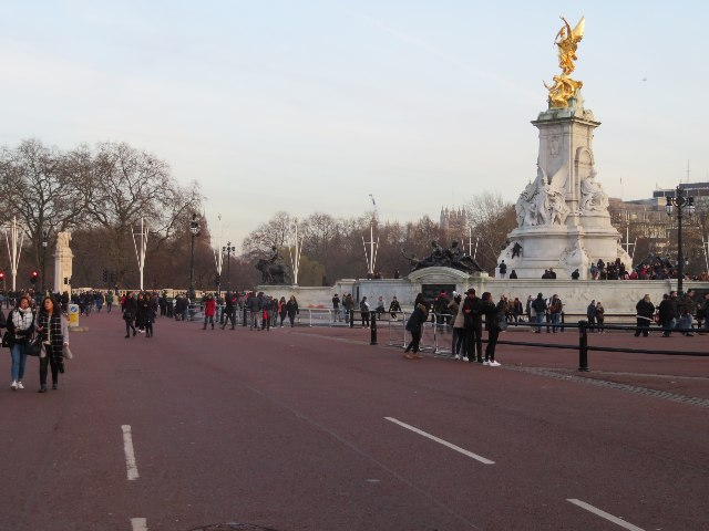 Visitors by Buckingham Palace